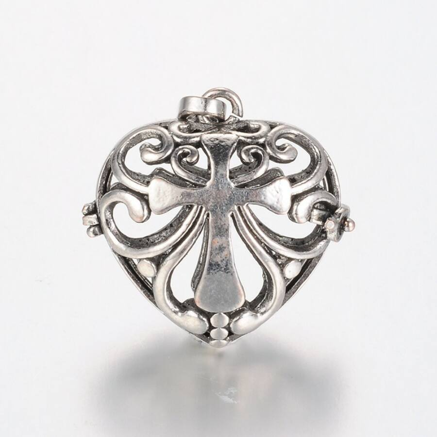 Kereszttel díszített szív angyalhívó antikolt ezüst színű