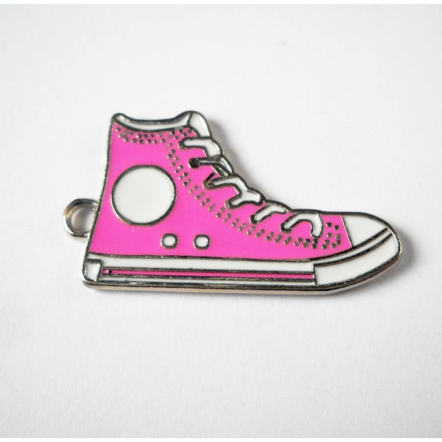 Rózsaszín tornacipő zománcos charm